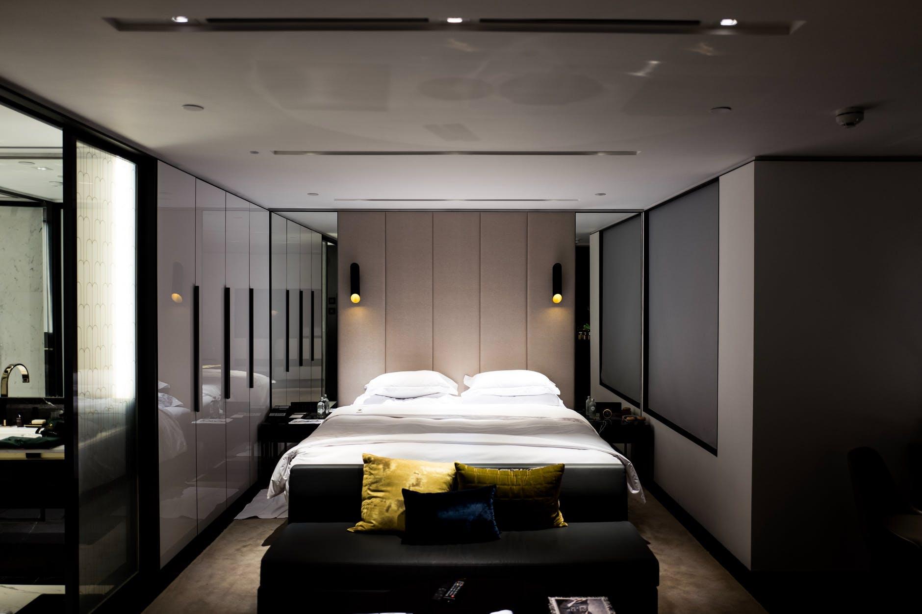 Arredare una camera da letto lunga e stretta