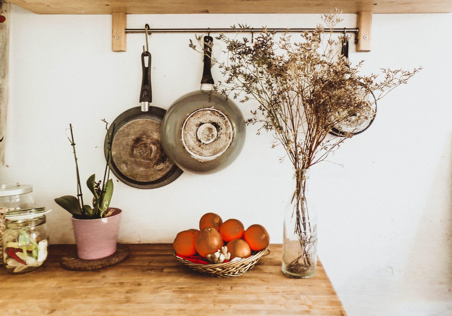 Arredare una cucina lunga e stretta i mobili adatti