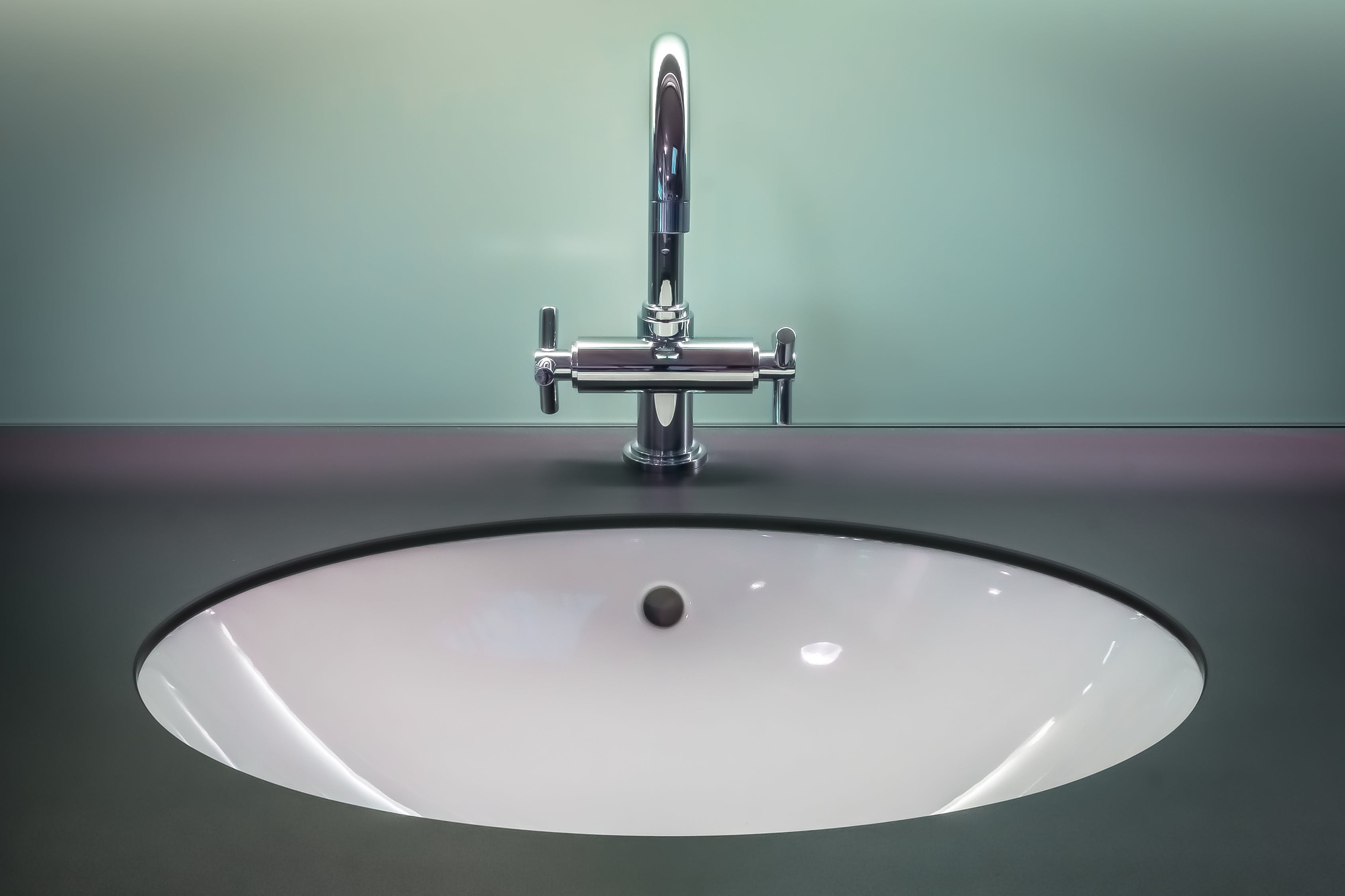Sfumature di grigio per gli arredi del bagno