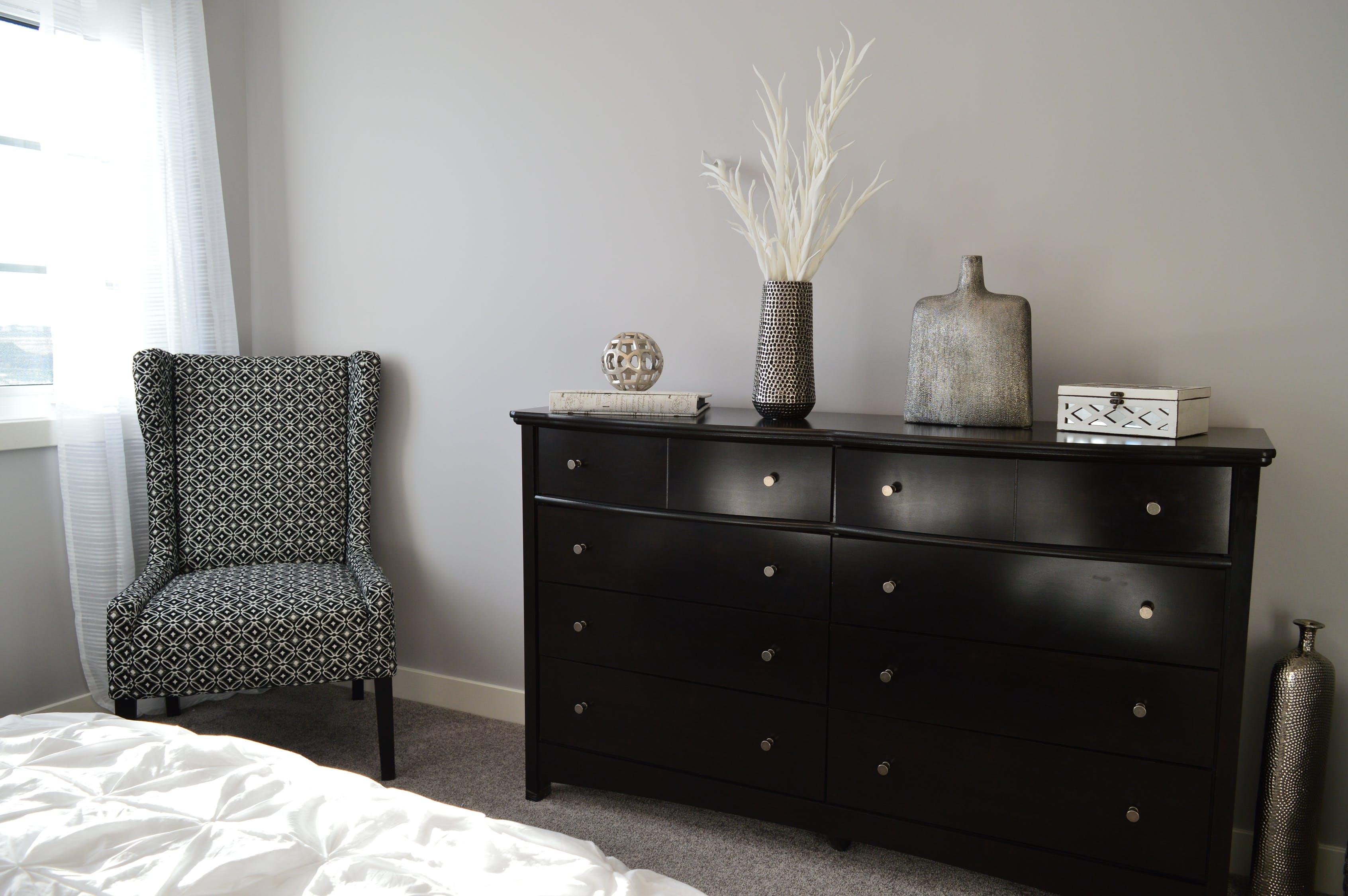 Bianco e nero per arredare la camera da letto