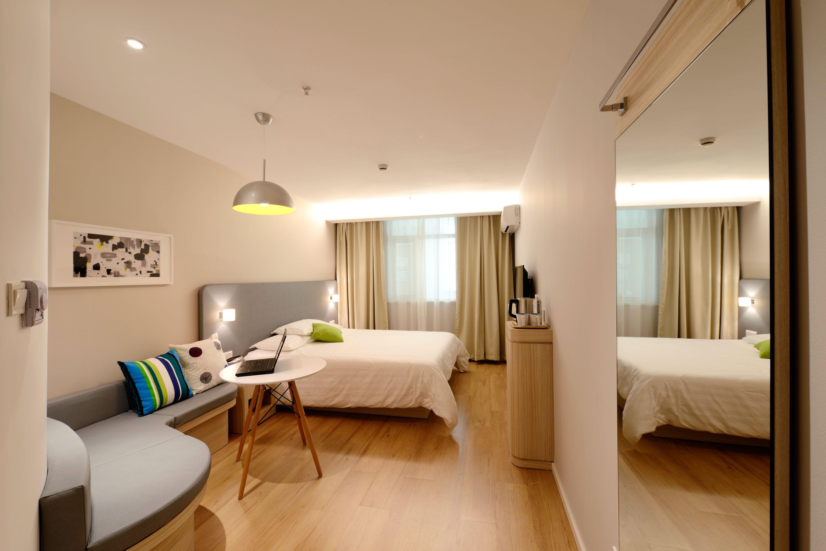 Camera da letto in color tortora classica e affascinante